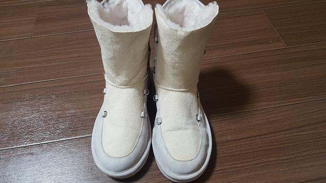 白いムートンブーツ