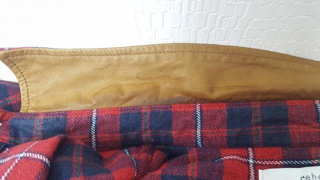 革の襟のシミ